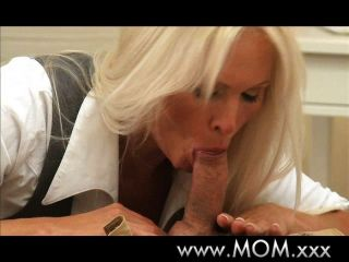 blonde vollbusige MILF hat multiple Orgasmen