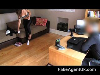 fakeagentuk - Creampie für tattood Kellnerin