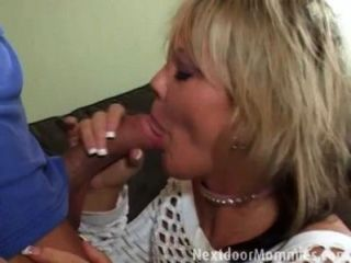 blonde Mutter fuckd auf der Couch