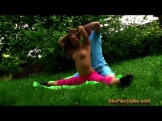 flexible Turnerin jugendlich liebt Kamasutra Sex in der Natur