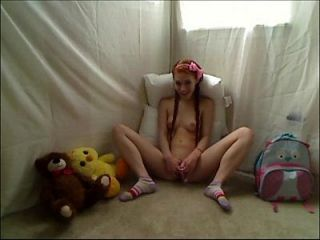 hot teen redhead dolly wenig masturbieren in footie pyjamas