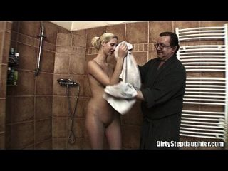 Lewd Stepdad Fucking Seine Dünne Blonde Stepdaughter