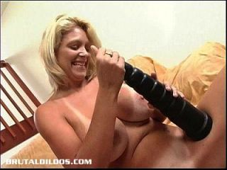 Busty Blonde Milf Reitet Ein Monster Brutaler Dildo