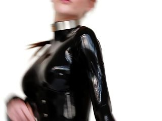 Modell in Latex-Catsuit und Ballettstiefel.