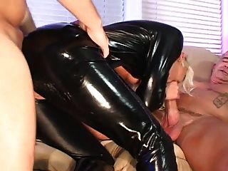 blonde Latex 2 Männer