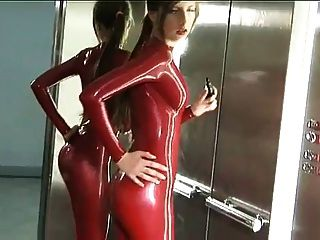 roten Latex-Catsuit in elevato