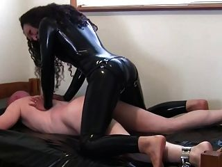 Kinky Brünette in Latex fickt Dude