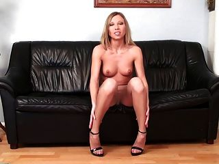 hot blonde Solo Pussy spielen in Strumpfhosen High Heels