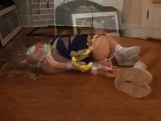 blonde Cheerleader hogtied und Klebeband geknebelt