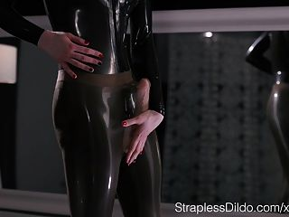 maria pie in Latex strapon abspritzt