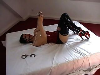 Mädchen Selbstbondage in Latex