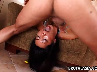 busty asian slut genießt groben Analsex