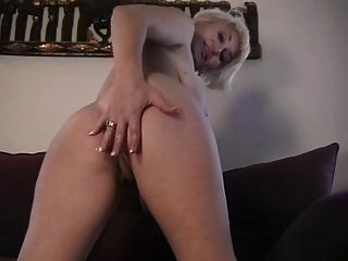 dana hayes solo auf couch