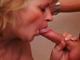 Blonde Mollige Milf Im Bad