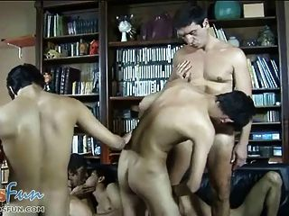 Freaky Väter haben Spaß fucking böse Gangbang Twinks