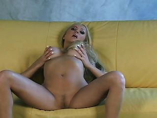 buxom blonde milf gefälschte boobs solo sofa show