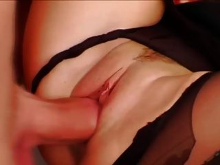 Frauen in orange Satin Bluse bekommt gangbanged