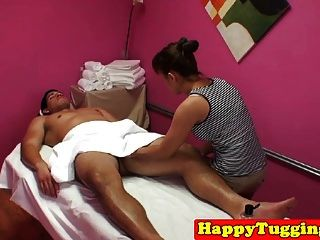 asiatische Masseuse wanking massage client