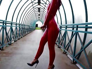 roter Latex-Catsuit-Safe