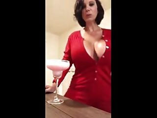 Big Titty Lady mit einem Cocktail